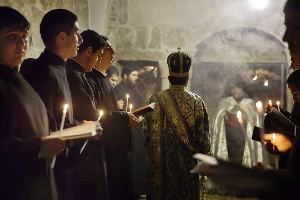 34_31_nur linkes_0396 0415 0408 Grabeskirche Messe armenisch-orthodox KLEIN