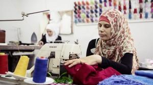 """Malak Bakkour trifft bei """"Basmeh and Zeitooneh"""" andere Frauen. Die Organisation ermöglicht ihnen, sich mit Stickereien ein Zubrot zu verdienen. Ziel ist es, die Frauen zu einem normalen Alltag zurückzuführen."""