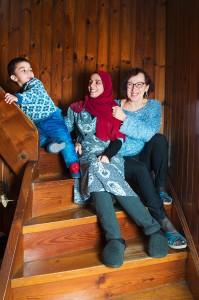 Leicht war es für Christine Hulatsch (rechts) nicht, eine Beziehung zu der jungen Afghanin Khaleda Fani und ihrem kleinen Sohn Moshtaba aufzubauen. Heute sind sie eine Familie.