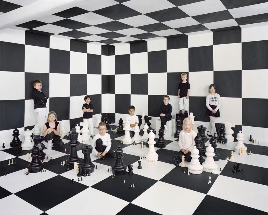 """Der Verein """"chess4kids"""" vermittelt Kindern ab vier Jahren Schachkenntnisse in spielerischer Form. Für die fotografische Inszenierung wurde eigens ein Bühnenbild aus schwarzen und weißen Flächen gebaut, und die Kinder wurden gebeten, sich in Schwarz-Weiß zu kleiden."""