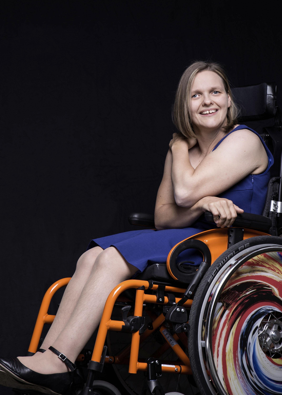 """Silvia Hofbauer: """"Ich bin eine schöne Frau. Mir gefällt es, wenn ich schön angezogen bin. Ich bin stolz auf meinen neuen Rollstuhl. Ich mag es, wenn ich schön und natürlich aussehe und ich deshalb bewundert werde."""""""
