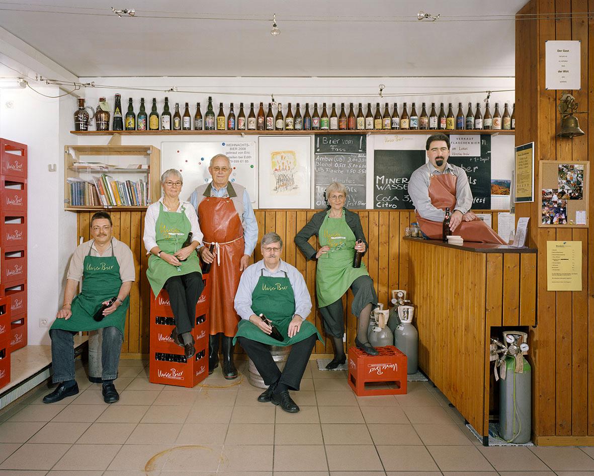 """Die Geschichte des Vereins """"Unser Bier"""" begann mit einer Spaghettipfanne, in der das erste Bier gebraut wurde. Da das Ergebnis so überzeugend war, entstand die Idee, eine kleine Brauerei zu gründen. """"Unser Bier"""" ist übrigens die einzige größere Brauerei, die in Basel braut und abfüllt."""