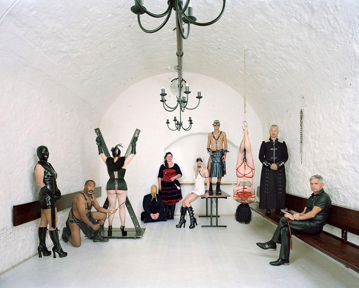 """Am BDSM-(""""Bondage and Sadomaso""""-)Stammtisch tauscht man sich regelmäßig über Sexualtechniken aus. Da Sexualität etwas sehr Intimes ist, wollten nicht alle Leute auf dem Foto erkennbar sein. Für die Fotografen stellte sich auch die Frage: """"Wie lange hält es die Frau aus, kopfüber zu hängen?"""""""