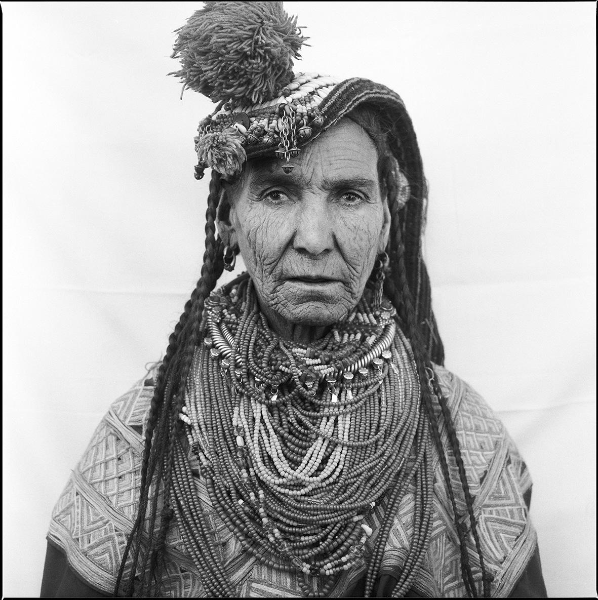 Die Kalasha leben im Norden Pakistans. Angeblich stammen sie von Alexander dem Großen ab. Sie glauben an viele Götter und haben eine strenge Geschlechterordnung. Die Kalasha-Frauen leben dennoch viel freier als die Muslimas in ihrem Umfeld.