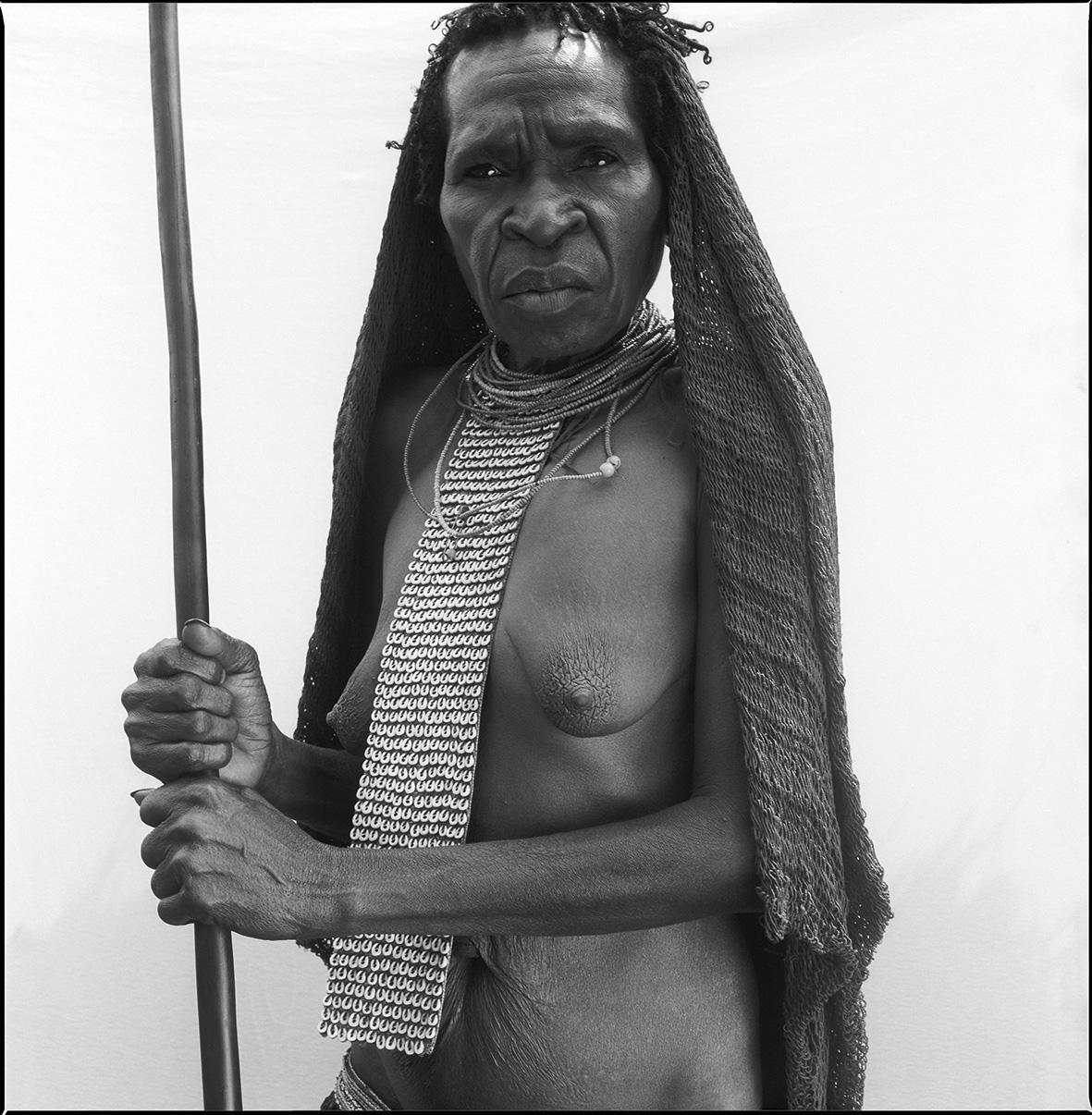 Die Dani-Frau lebt in Papua-Neuguinea. Nur mehr wenige Dani kleiden sich traditionell. Indonesien versucht, diese traditionellen Gemüsegärtner und Schweinezüchter zu kontrollieren und sie ihrer Kultur zu berauben.