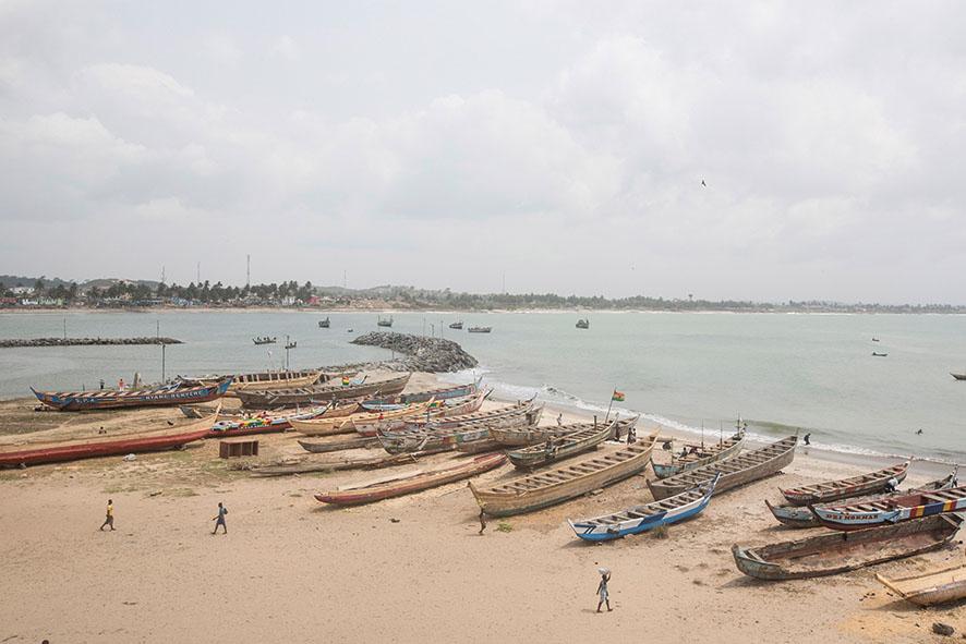 Der Klimawandel hat viele Auswirkungen auf die Küsten Westafrikas. Steigende Temperaturen haben die Erosion von Küsten, die Verringerung von Fischbeständen und den Anstieg des Meerespegels zur Folge, wodurch die Lebensgrundlage von zehn Millionen Menschen entlang der Küste bedroht ist.