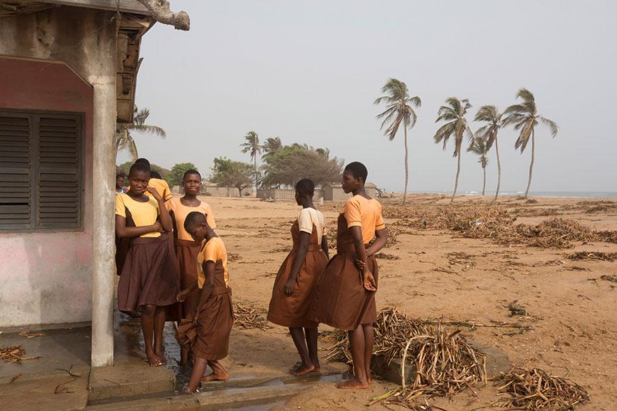 SchülerInnen in Fuveme müssen draußen vor der Schule stehen, weil ihre Klassenzimmer vom Meer überschwemmt wurden.