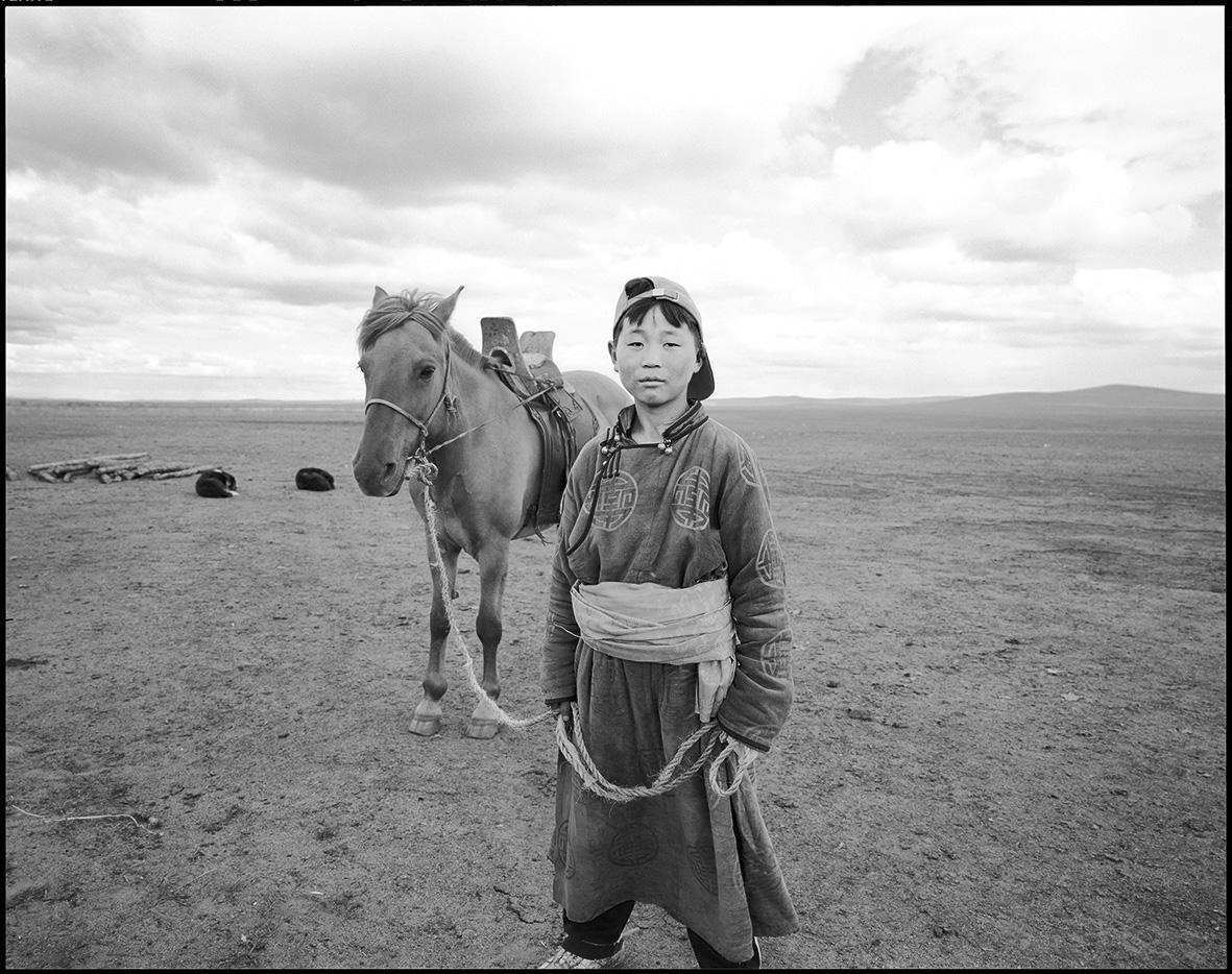 Ein junger Mann aus der Ethnie der Burjaten. Die nomadisierenden Hirten leben in der Mongolei, in Russland und China. Für sie ist es wichtig, an demselben Ort zu sterben, an dem sie geboren wurden, um symbolisch den Lebenskreis zu schließen.