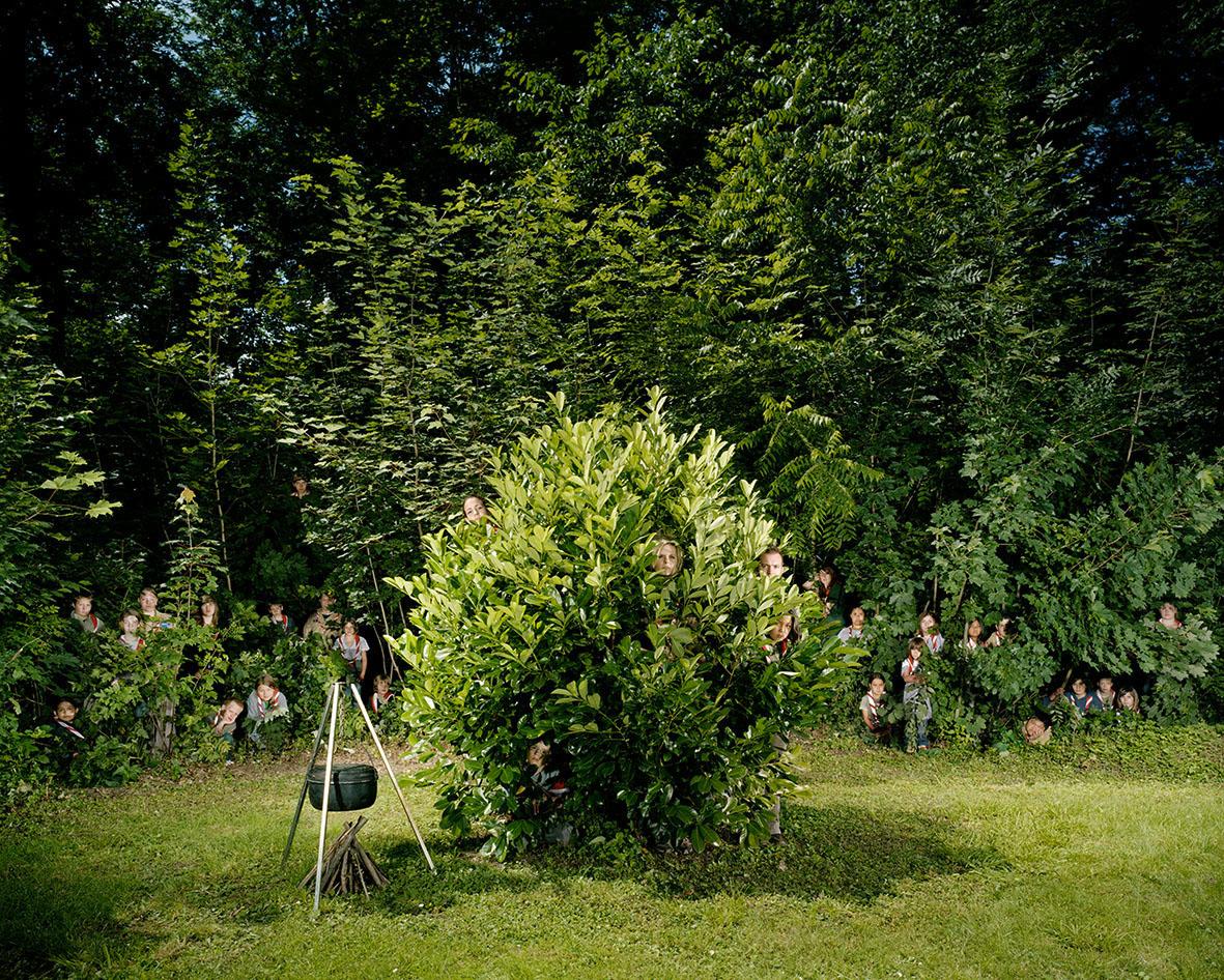"""Lange mussten die Mitglieder der Pfadfinderabteilung St. Brandan ausharren, bis alle so platziert waren, dass sie im grünen Blätterwald erst auf den zweiten Blick erkennbar sind. """"Wir haben ganz langsam gearbeitet und jedes Bild sehr sorgfältig arrangiert"""", so die Fotografen."""
