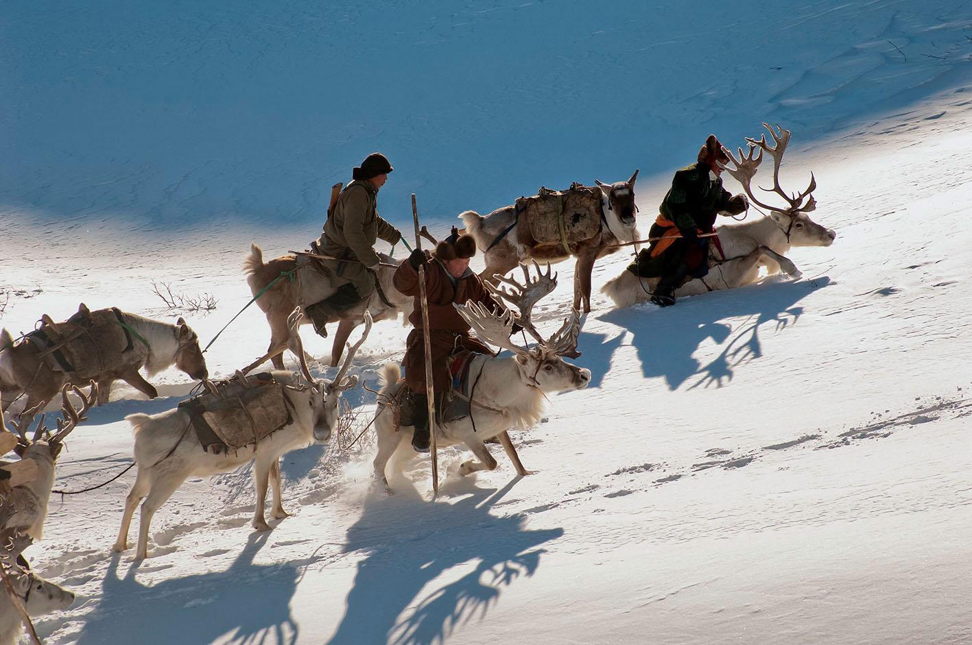 """Die Duhalar sind abhängig von den Rentieren. Sie trinken deren Milch, gehen mit ihnen auf die Jagd und pflegen eine eigene Spiritualität. Die Wanderrouten passieren nämlich einen Wald, in dem die verstorbenen Vorfahren des Volkes bei drei heiligen Bäumen, """"takhilgan"""" genannt, bestattet sind. Dem Glauben der Duhalar zufolge kommunizieren die Seelen der Vorfahren mit den Lebenden durch die Gesänge der Stammes-Schamanen."""