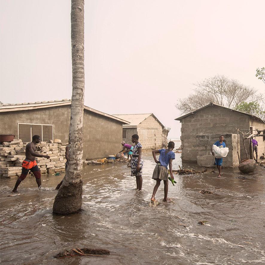 Die Menschen in Fuveme versuchen, noch schnell ihre Habseligkeiten vor dem Wasser in Sicherheit zu bringen.
