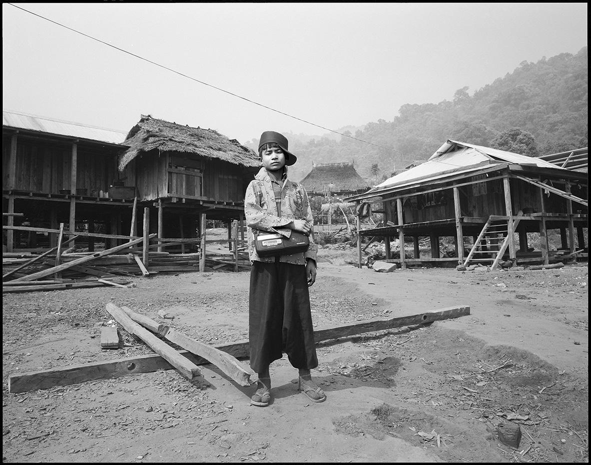 Ungefähr 500.000 Menschen zählen in Myanmar zur Ethnie der Palaung. Ihr Lebensraum, der Shan-Staat, war jahrzehntelang Schauplatz von Bürgerkriegen. Die Situation ist heute chaotisch. Die Menschen sind arm. Alkohol, Drogensucht und Landraub setzen den BergbewohnerInnen zu.