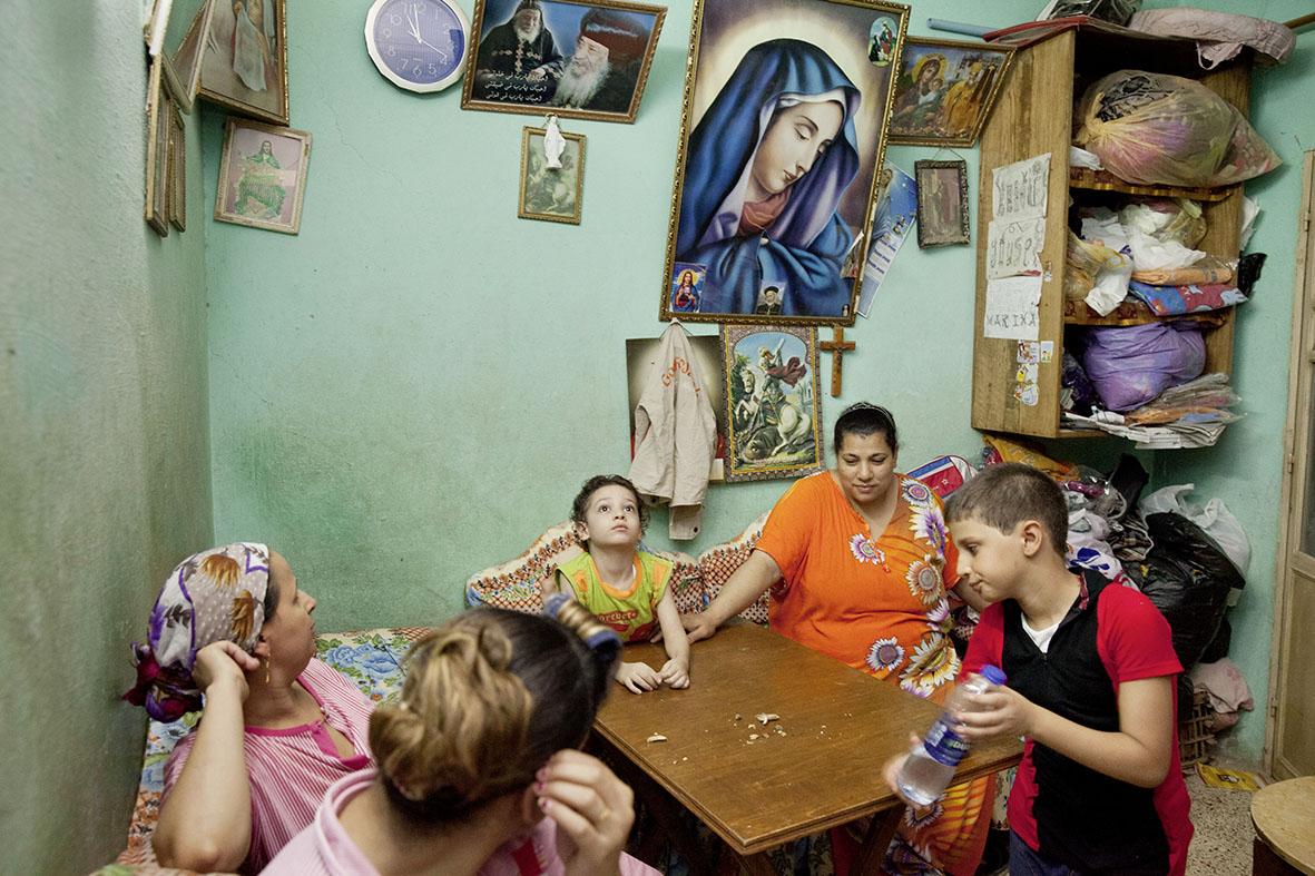 So wie diese Familie fühlen sich sechs bis 15 Prozent der ÄgypterInnen dem Christentum verbunden, die meisten davon der koptisch-orthodoxen Kirche. Etwa ein Viertel der KoptInnen lebt in Kairo.