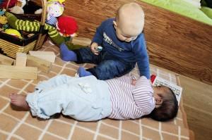 Der jüngste Kaineder-Spross Florian und Gäste-Baby Mersana verstehen sich prächtig und lernen voneinander.