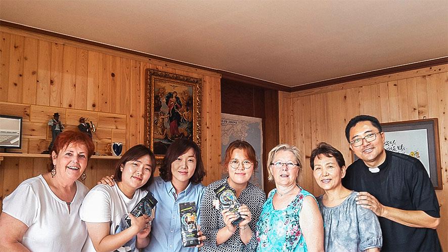 """Eine kfbö-Delegation reiste für die Ehrung der beiden Ordensschwestern Marianne Stöger (auf dem Bild links in jungen Jahren) und Margit Pissarek nach Südkorea. Mit im Gepäck hatte man """"Adelante""""-Kaffee von Frauenkooperativen in Honduras und Uganda. © privat"""