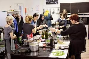 """Reges Treiben im Kochstudio """"Die Pause"""" - da legen alle Nationen Hand an."""
