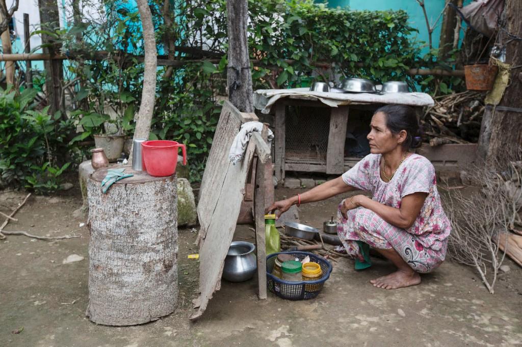 Mina Sharma (45) hetzt zu Mittag von den Feldern zu ihrem ein paar Kilometer entfernten Haus und kocht sich ein schnelles, karges Essen.