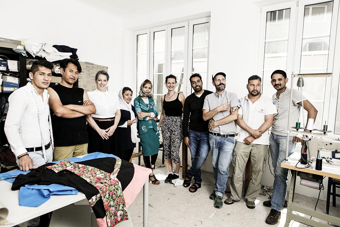"""Kleidung reparieren und neu schneidern – in der """"Übungsschneiderei Kattunfabrik"""" erweitern Flüchtlinge ihr Wissen."""