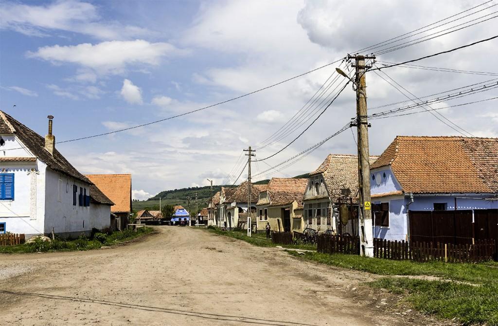 Gemauerte Häuser und Strommasten sind in Roma-Dörfern immer noch selten. Beides weist auf BewohnerInnen mit regelmäßiger Arbeit hin.