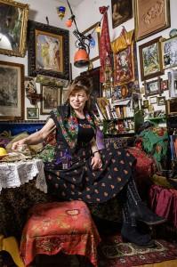 Je üppiger, desto besser: Malerin, Restauratorin und Bühnenbildnerin Raja Schwahn-Reichmann in ihrem Wohnzimmer. Blumentücher, Bücher, Möbel, alte Bilder: Hier hat sie alles zu ihrer ganz persönlichen Kunstkammer kombiniert.