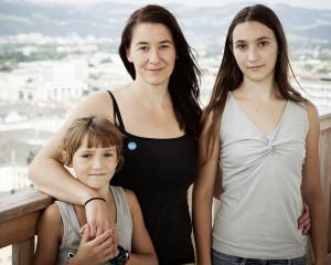 Alleinerziehende Mutter mit ihren Kindern