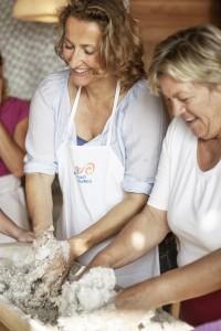 Brotbackkurs-Teilnehmerin Rosa (re.) mit WdF-Mitarbeiterin Julia Kospach. (li.)