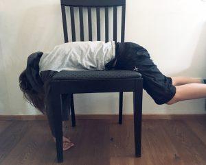 Bub am Sessel liegend