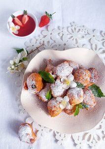 Fritule und Erdbeeren