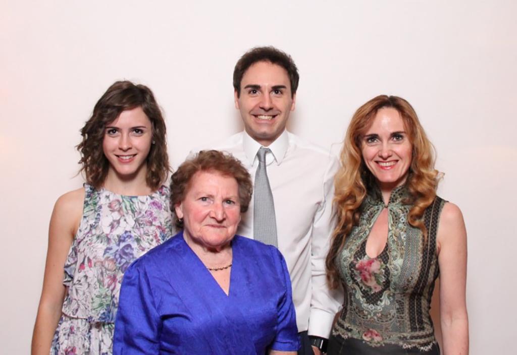 Eva Hofer, Bruder Stefan Hofer und Elisabeth Hofer mit ihrer Großmutter