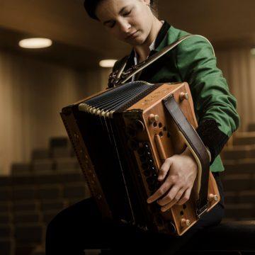 Katharina Baschinger spielt die Steirische Harmonika