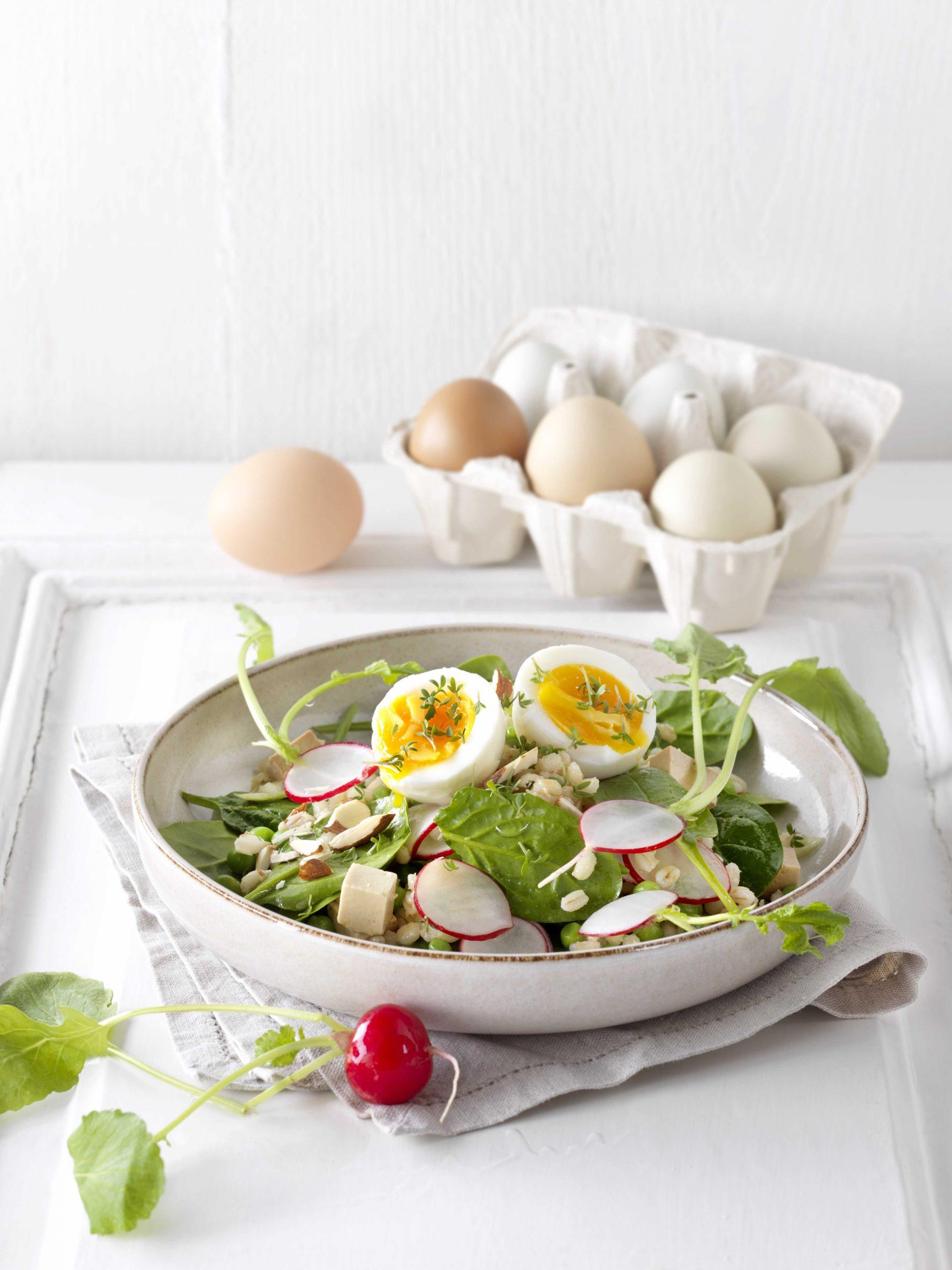Sommerküche: Graupensalat mit Spinat, Tofu & Ei