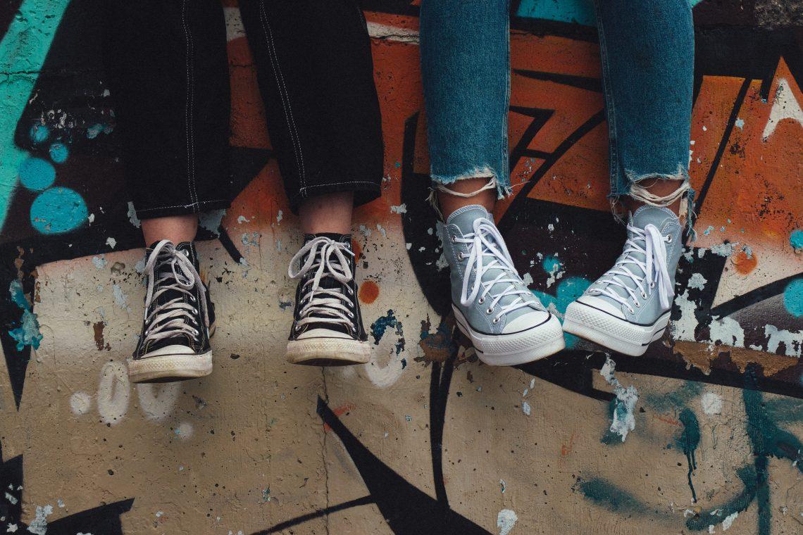 zwei Teenager mit Converse