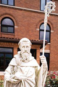 Eine Statue des Heiligen Benedikt